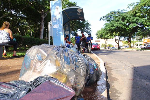 Com  o déficit  dos serviços de limpeza urbana da Prefeitura, acúmulo de lixo tomou conta das ruas de Goiânia. Fotos: Fernando Leite/Jornal Opção