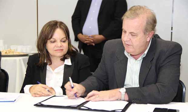 Ao lado da superintendente regional da CEF, prefeito assina convênio para liberação de recursos / Foto: Prefeitura de Goiânia