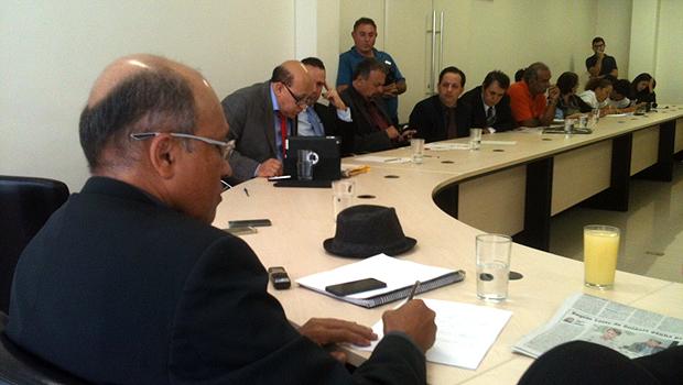 Enquanto vereadores fazem questionamentos, Jeovalter Correia (à esquerda) faz anotações. Foto: Marcello Dantas/Jornal Opção Online