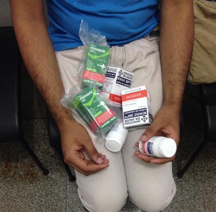 P.M.C.  segura os medicamentos retrovirais que adquiriu sem custo em uma unidade municipal de saúde | Foto: Thiago Araújo