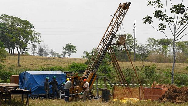 Em Mara Rosa, trabalhadores operam broca para extração mineral. Foto: Reprodução/Amarillo