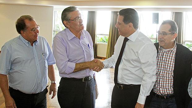 Marconi cumprimenta ex-coordenador da campanha de Friboi, Robledo Rezende. Ao lado deles, Frederio Jayme (à esquerda) e o ex-deputado Francisco Bento, o Chiquinho, do PMDB | Foto: Wagnas Cabral/Divulgação