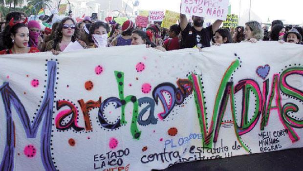 Marcha das Vadias: movimentos feministas são os que mais se beneficiam da doutrinação ideológica que impera nos meios acadêmicos