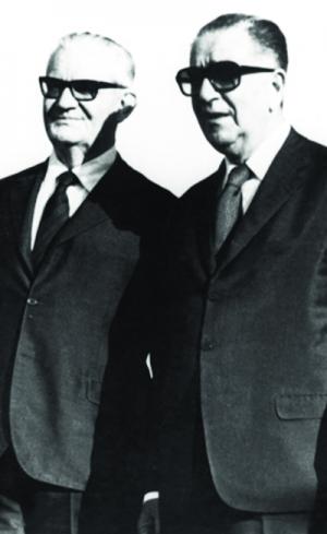 Emílio Médici (à direita) com Ernesto Geisel, em foto de 1973, ainda durante o governo do primeiro, quedepois destilaria ressentimento com o sucessor