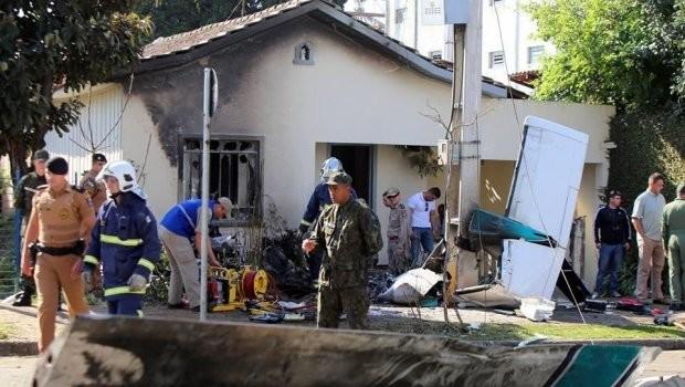 Duas pessoas morreram em queda de avião em Curitiba