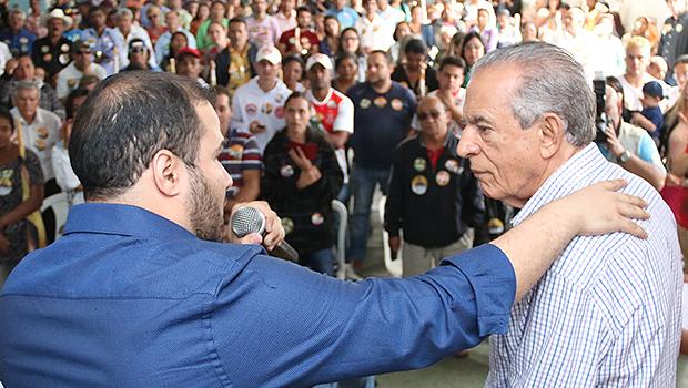 Iris Rezende (à direita), durante evento em Anápolis. Caso eleito, quer transferir sede do Poder Executivo para a cidade a cada trimestre | Foto: Leandro Vieira/Divulgação