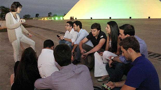 Larissa Paiva (de pé) discute situação eleitoral em Goiás com amigos pelas redes sociais | Foto: Humberto Martins