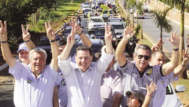 Marconi Perillo em carreata:vaidade dos adversário lhe dá chance de fechar eleição já no 1º turno