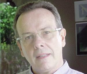 """Ronaldo Costa Fernandes, poeta e doutor em Literatura pela Universidade de Brasília (UnB): """"Não escrevo para preencher o vazio,/mas para esvaziar-me"""" / Foto: Blog do autor"""