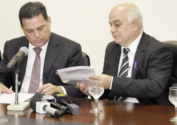 Presidente da Assembleia, deputado Helio de Sousa, recebe do governador o projeto da reforma administrativa (Foto: Lailson Damasio    )