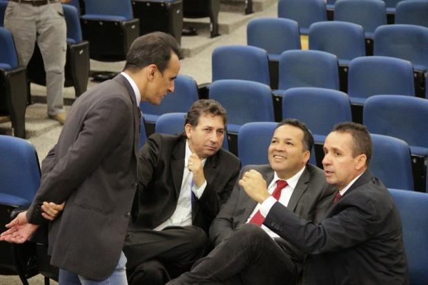 Geovani Antônio (à direita) conversa com vereadores do bloco moderado | Foto: Alberto Maia/Câmara de Goiânia