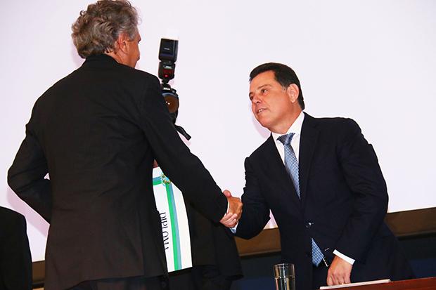 Senador eleito Ronaldo Caiado (DEM) cumprimenta governador Marconi Perillo (PSDB)