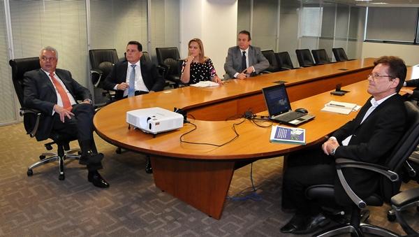 Marconi e os deputados eleitos, Lêda Borges e Célio Silveira (PSDB), em reunião sobre transporte no Entorno | Foto: Laílson Damásio