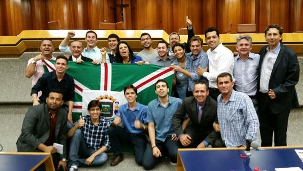 Vereadores da oposição comemoram com manifestantes após a derrota do projeto que aumentava o IPTU/ITU | Foto: assessoria vereador Thiago Albernaz