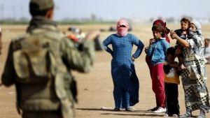 Sírios aguardam na fronteira com a Turquia para fugir dos ataques do Estado Islâmico EPA/Sedat Suna