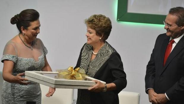 A presidenta da República, Dilma Rousseff, e o presidente do Senado, Renan Calheiros, durante cerimônia de posse da senadora Kátia Abreu para mais um mandato na presidência da CNA Valter | Foto: Campanato/Agência Brasil