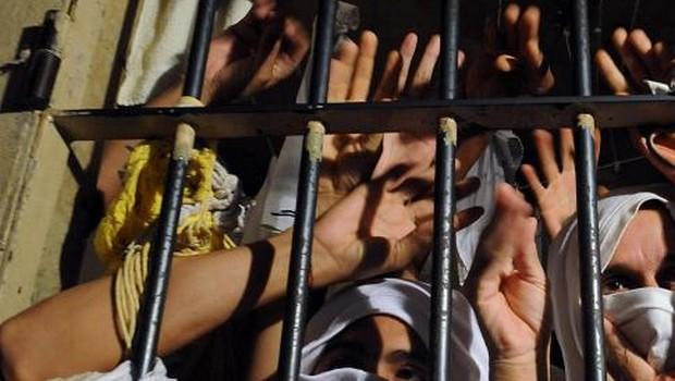 Presos amontoados em cela | Foto: Antonio Cruz/ABr