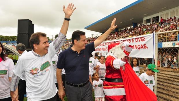 Governador Marconi Perillo (PSDB) e prefeito de Anápolis, João Gomes (PT), chegam à entrega dos brinquedos