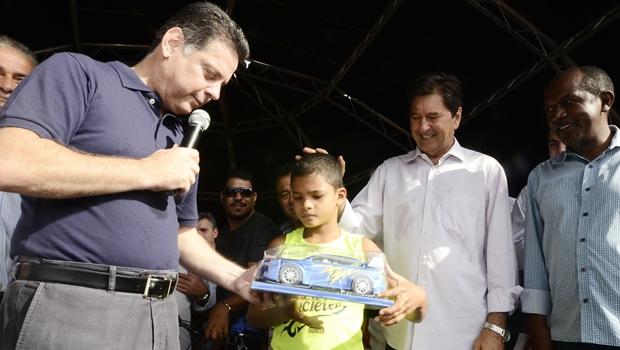 Governador entrega brinquedo em Aparecida. Prefeito Maguito Vilela (PMDB) também esteve presente | Foto Rodrigo Cabral