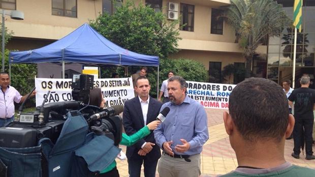 Vereador concede entrevista em frente à tenda armada na porta da Câmara | Foto: reprodução / Facebook Elias Vaz