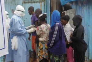 A epidemia de Ebola está diminuindo, mas o vírus ainda está presente em um terço das áreas dos três países da África Ocidental mais afetados | Foto: Ahmed Jallanzo/EPA/Agência Lusa/ Direitos Reservados
