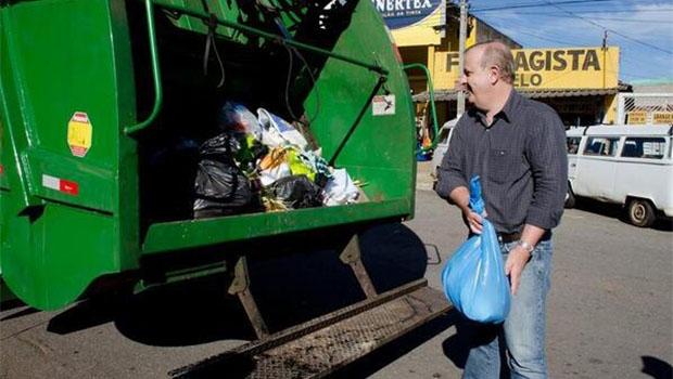 No pico da cris, Paulo Garcia recolhe lixo   Foto: Reprodução
