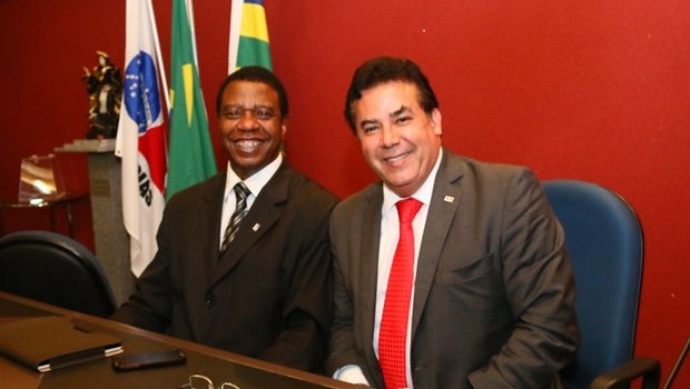 Na imagem, o vice-presidente eleito nesta quinta-feira (26) juntamente com o presidente da OAB-GO, Enil Henrique | Foto: Fernando Leite / Jornal Opção