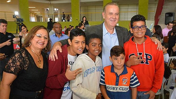 Neyde  Aparecida (à esquerda), secretária de Educação, com Paulo Garcia e alunos da rede municipal. Ela deve ir para a Comurg | Foto: Edilson Pelikano/DIvulgação