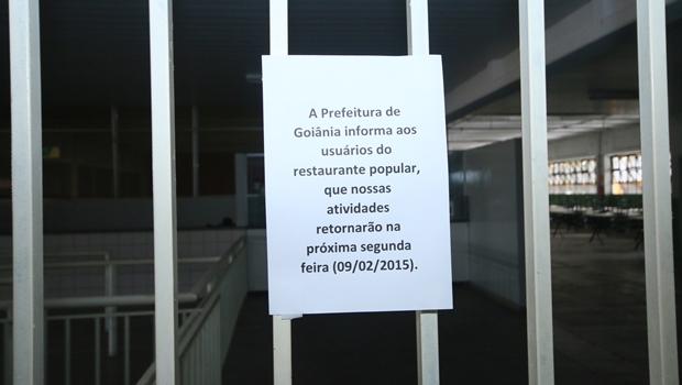 Aviso afixado na porta do local   Foto: Fernando Leite / Jornal Opção