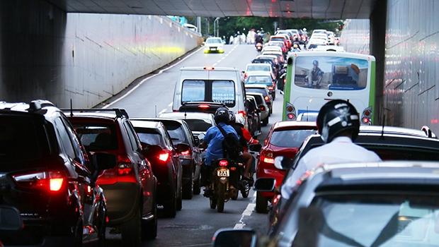Engarrafamento na Avenida 85 em horário de pico: corredor de ônibus piorou o trânsito para os carros / Fernando Leite/Jornal Opção