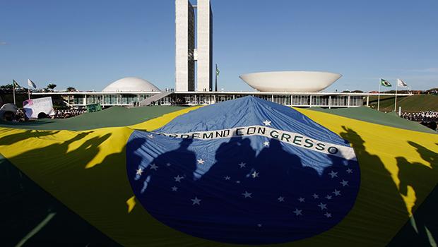 Em 2013, o povo saiu às ruas contra o governo.  Em 2015, a situação se repete e fica a pergunta:  o sistema pelo qual o Brasil é regido faliu? | Foto: Eraldo Peres/AP