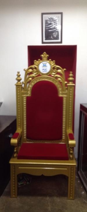 Cadeira entregue pelo reitor no local onde ficava a que foi levada