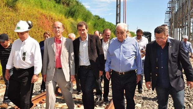 Deputado federal Rubens Otoni (PT), prefeito de Anápolis, João Gomes (PT), e ministro dos Transportes Antônio Carlos Rodrigues acompanham as obras da norte-sul   Foto: Secom / Prefeitura de Anápolis