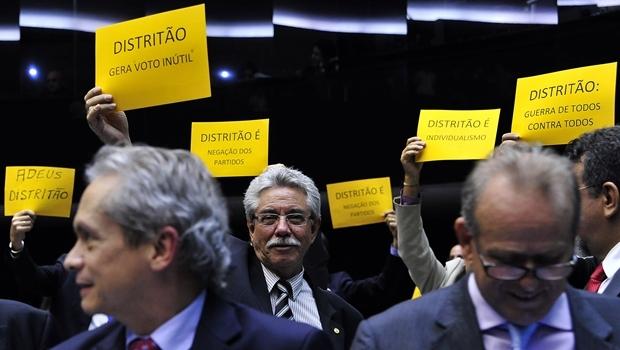 Deputados se manifestam contra o distritão durante sessão para análise e discussão da Reforma Política | Foto: Luis Macedo/Câmara dos Deputados