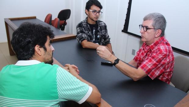 """Professor Marcos Bagno falao aos editores Marcos Nunes Carreiro e Elder Dias: """"Língua é substantivo coletivo"""""""