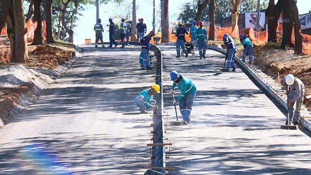 Operários trabalham na concretagem da via por onde passará o modal BRT Norte-Sul | Foto: Fernando Leite/Jornal Opção