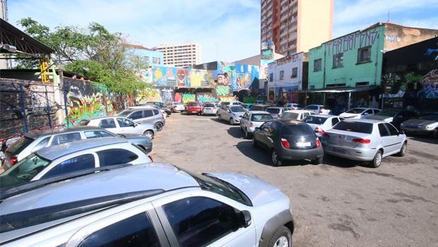 Durante o dia, o Beco da Codorna tem função de estacionamento. Mas a noite e nos fins de semana, a cultura invade o local