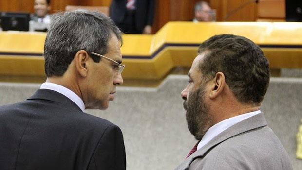 Carlos Soares (à esquerda) foi criticado por Paulo Magalhães. Ambos são da base   Foto: Alberto Maia/Câmara de Goiânia