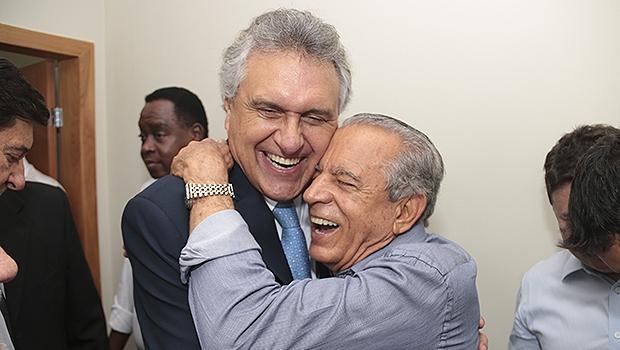 Caiado cumprimenta Iris pelo aniversário de 81 anos   Foto: Leandro Vieira