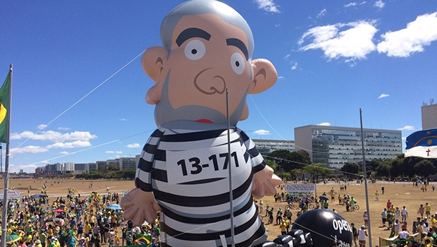 Boneco inflável de Lula durante manifestação em Brasília: o escárnio do povo pode ser bem-humorado