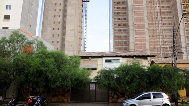 A casa de Cláudia (que preferiu não fazer fotos), na Rua 1.140: quadra tomada por torres de alto padrão