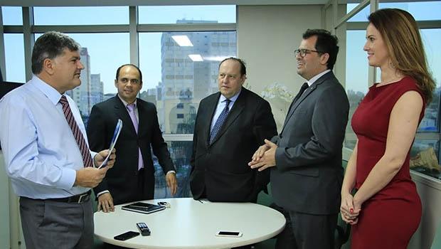 Mauro Faiad (esq) com representantes do Mapa | Foto: André Saddi/Divulgação/SED