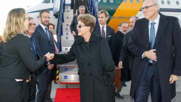 Presidente Dilma Rousseff desembarca em Estocolmo e recebe cumprimentos na chegada ao Aeroporto de Arlanda   Foto: Agência Brasil