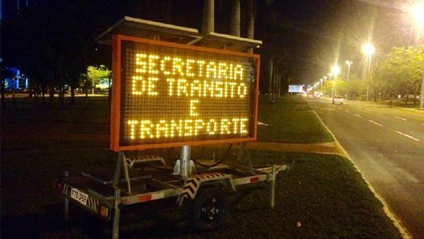 """""""Na crise em que vivemos, o prefeito alugou, por mais de R$ 1 milhão e 300 mil, 12 painéis luminosos para ficarem nas esquinas transmitindo mensagens sobre o trânsito!"""""""