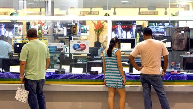 Os consumidores brasileiros amargaram um ano de alta nos preços, queda na renda e desemprego crescente