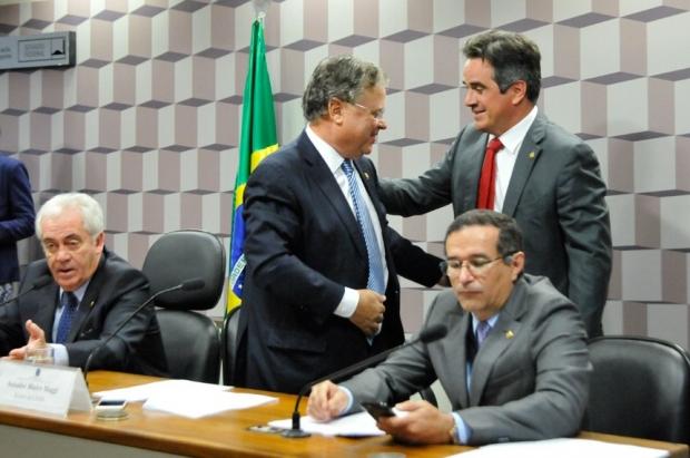 De pé, Blairo Maggi (relator) e Ciro Nogueira (autor do projeto) se cumprimentam. Ao lado deles, o presidente da comissão especial, Otto Alencar, e o senador Douglas Cintra | Agência Senado