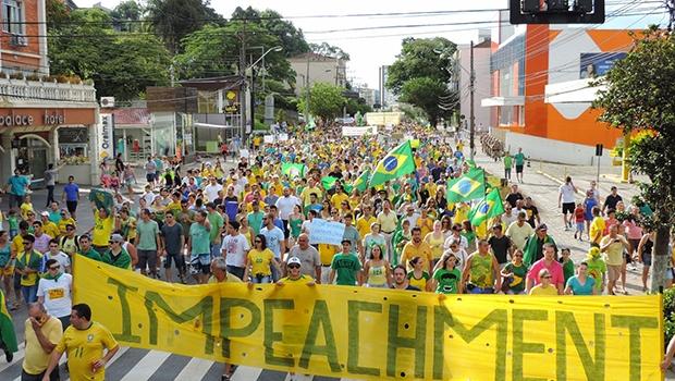 No momento em que a população pede o fim de um governo de esquerda, principais pensadores de direita se desentendem nas redes sociais   Foto: Jaime Batista
