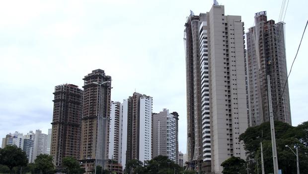 Na foto, o alto adensamento feito no Jardim Goiás, em Goiânia. Há o temor de que o crescimento exacerbado do mercado imobiliário no Brasil leve a uma bolha semelhante à estadunidense de 2008. Nem todos concordam