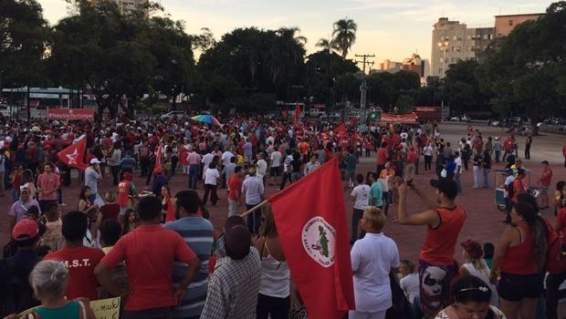 Manifestantes contrários à abertura do processo de impeachment no Congresso se reúnem na Praça Cívica | Foto: Alexandre Parrode