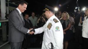 Marconi Perillo (PSDB) cumprimenta coronel Sílvio Benedito em seu último ato como policial militar antes de entrar para a reserva da corporação | Foto: Humberto Silva
